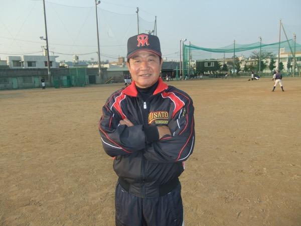 神谷嘉宗(かみや・よしむね) 1955年沖縄県生まれ。琉球大学を卒業した後、宮崎県の私立校・都城東に赴任。野球部長を2年務めた。1981年に沖縄県教職員となると、八重山~前原~中部商業~浦添商業で指揮を執り、2012年から美里工業の監督を務めている。前任の浦添商では伊波翔悟らを擁し、同年春のセンバツ優勝校・沖縄尚学を県大会決勝で破って甲子園に出場。破竹の勢いで駆け上がり、ベスト4に進出した。美里工業赴任後、2年で春夏の甲子園に出場経験のなかった無名校を甲子園に導いた。38年の指導暦を誇り、沖縄県高校野球界を長く支えている人物だ