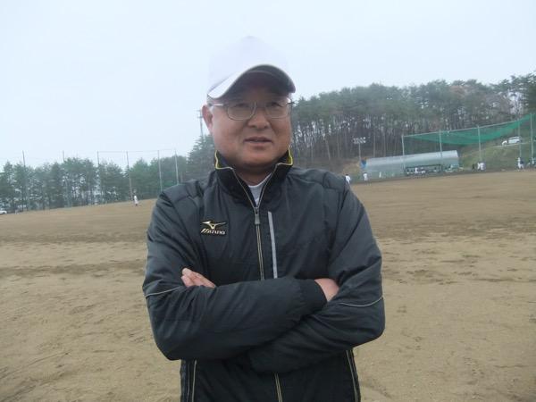 水沼武晴(みずぬま・たけはる)  1962年生まれ。仙台商業で1980年夏県大会準優勝。高校卒業後に一度は就職したものの、退職して教員を志す。24歳で東北学院大に進学した。教員採用試験を受けて、1990年に松島高校に赴任。1992年に母校の仙台商業で監督を務め、県大会準優勝の実績を残した。2007年から石巻商業の監督を務め、東北大会に2度出場するなど甲子園にあと一歩まで迫る戦いを繰り広げた。東日本大震災時は避難所となった石巻商業で復興に向けて奔走した。2014年3月に県の教職員を退職。4月から東北生活文化高校の商業科教員として採用された。学年主任を務めながら、野球部の指揮を執る
