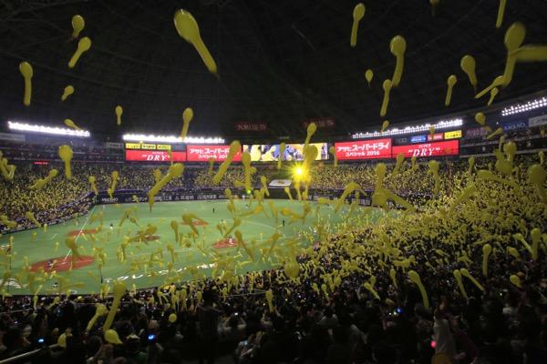 満員のファンが一体となって盛り上がることで、球場全体が高揚感に包まれる