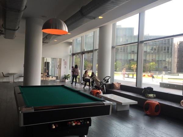 Mercedes Benzのショールームの隣にあるフィットネスクラブ「Mercedes Club」。さらに隣には高級レジデンス「Mercedes House」もある