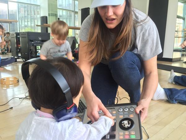 DJ風にヘッドホンを耳と肩ではさむ娘。左右から違う音が流れる初めての経験に、不思議そうな顔をしていました。