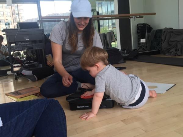 """お母さんの補助のもと赤ちゃんがアナログのターンテーブルにレコードを設置し、赤ちゃんがレコードの上に手を置き上下させて""""スクラッチ""""を試る。年長の男児(1歳10カ月)は一人でキュキュっと立派にスクラッチしてみせた。"""