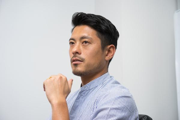 鈴木啓太(すずき・けいた) 1981年生まれ、静岡県出身。2000年に浦和レッドダイヤモンズに入団。強靭(きょうじん)なフィジカルと無尽蔵のスタミナで、主にボランチとして活躍する。2006年には日本代表に初招集され、A代表通算28試合出場。2015年に現役引退し、ビジネスの世界へ。2016年に岡山大学の森田英利教授、ウンログの田口敬代表と共に「AuB」を創業、CEOに就任する。