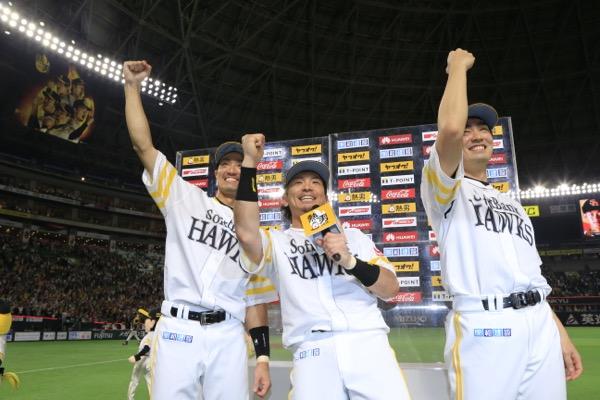 ヒーローインタビューでポーズを決める城所龍磨(左)、松田宣浩(中)、和田毅