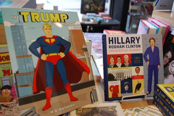 ブルックリン・ダンボにある本屋で見つけたトランプ氏の塗り絵とクリントン氏の紙着せ替え人形