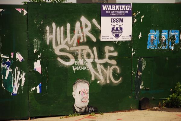ブルックリン・イーストリバー沿いの倉庫の壁に書かれたクリントン氏をバッシングする落書き