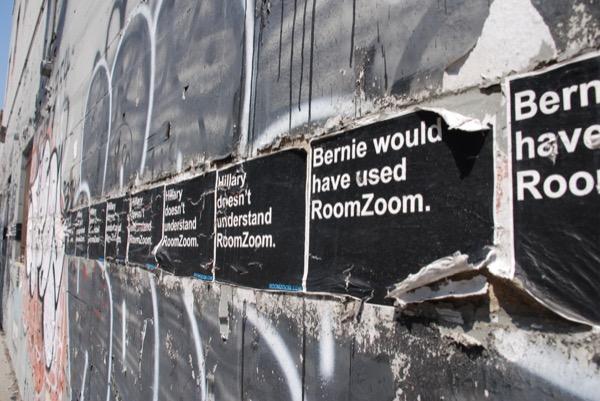 ブルックリン・ウィリアムズバーグの街角にあるルームズームの広告