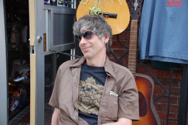 ブルックリンらしいレトロなギターショップの前で話すケイシーさん。「バーニーがカリフォルニア州で勝っても、代表になるのは残念だけど難しいよ」