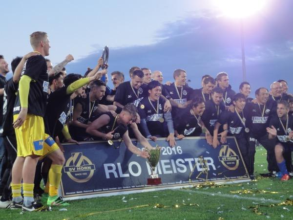 215-2016シーズンにオーストリア3部東地区優勝を果たし、喜ぶ選手たち