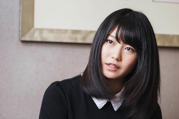 横山由依(よこやま・ゆい) 1992年12月生まれ。京都府木津川市出身。小学生のころ、男性デュオ・CHEMISTRY(ケミストリー)のコンサートで感動し、「人を感動させられる歌手になりたい」と芸能界を志す。2009年9月、AKB48第9期研究生として加入。10年10月に正規メンバーとなり、15年12月、AKB48グループ2代目総監督に。ニックネームは「ゆいはん」。