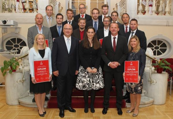 オーストリア国土防衛スポーツ省にて行なわれた『ブンデスリーガ・スポーツマネジメント・アカデミー』の卒業式。前から3列目、向かって右端が筆者(写真:モラス氏提供)
