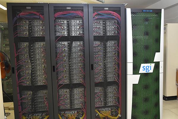 東京大学医科学研究所ヒトゲノム解析センター(港区)内に置かれたスーパーコンピュータ。室内は30℃以上。冷却のためのファンがうなり続ける。
