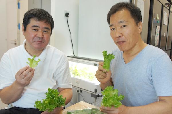 アローインダストリーズ倉橋誠司社長(右)と西達也工場長(左)。