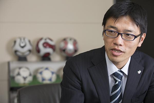 山下修作 / 1975年埼玉県生まれ。北海道大学卒業後、リクルートに入社。2004年にJリーグのプロモーションを行なう会社に転職し、2012年にJリーグアジア戦略室室長に就任した。(写真:福田俊介)