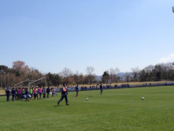 チュニジア戦翌日の練習が終わると、ハリルホジッチ監督は選手たちにゴールを運ばせた(写真:Shinya Kizaki)