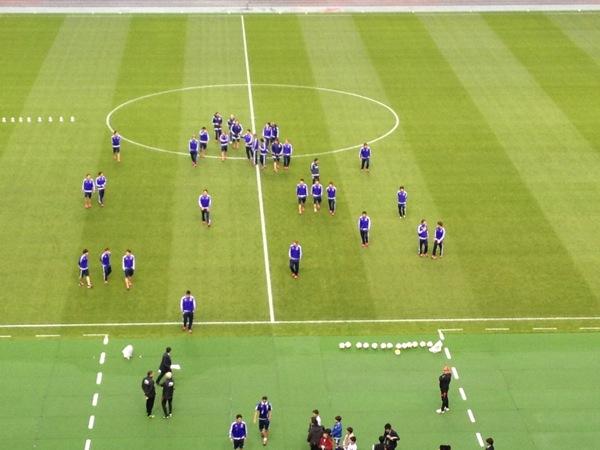 チュニジア戦前、バスがスタジアムに到着すると、選手たちは一緒にピッチに現れ、一緒に帰って行った(写真:Shinya Kizaki)