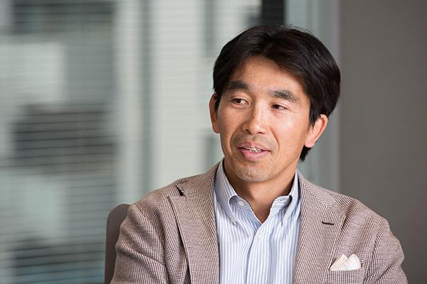 中竹竜二、41歳。32歳のときにサラリーマンから早稲田大学ラグビー部の監督へ転身。2007年と2008年に早稲田大学を全国大学選手権連覇に導いた。現在は日本ラグビーフットボール協会コーチングディレクターを務めている