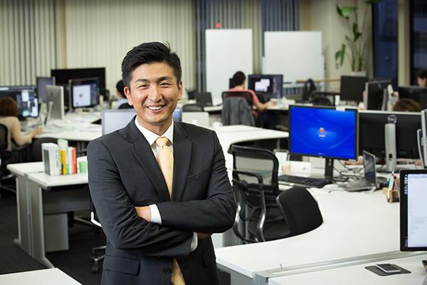 南壮一郎(みなみ・そういちろう) 1999年、米・タフツ大学数量経済学部・国際関係学部の両学部を卒業後、モルガン・スタンレー証券に入社。東京支店の投資銀行部においてM&Aアドバイザリー業務に従事する。その後、香港・PCCWグループの日本支社の立ち上げに参画し、日本・アジア・米国企業への投資を担当。 2004年、楽天イーグルスの創業メンバーとなる。球団では、チーム運営や各事業の立ち上げをサポートした後、GM補佐、ファン・エンターテイメント部長、パリーグ共同事業会社設立担当などを歴任。その後、ビズリーチを創業し、2009年4月、管理職・グローバル人材に特化した会員制転職サイト「ビズリーチ」を開設。2010年8月、ビズリーチ社内で、セレクト・アウトレット型eコマースサイト「LUXA」(ルクサ)を立ち上げる