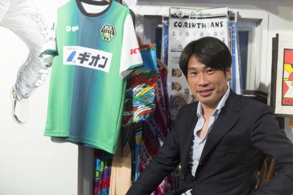 望月重良(もちづき・しげよし) 1973年静岡県出身。筑波大学卒業後、名古屋グランパスエイト(現・名古屋グランパス)に入団。1997年に日本代表に初選出され、2000年のアジアカップ決勝のサウジアラビア戦でゴールを決めて優勝に貢献した。現役引退の2年後となる2008年、SC相模原を設立してクラブ代表に就任。2014年創立のJ3への参入権を得て、SC相模原は「元Jリーガーがゼロから立ち上げた初のJクラブ」となった。(写真:福田俊介)